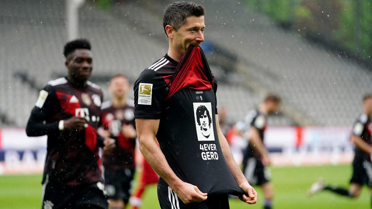 Bayern Munich star Robert Lewandowski honors Gerd Muller