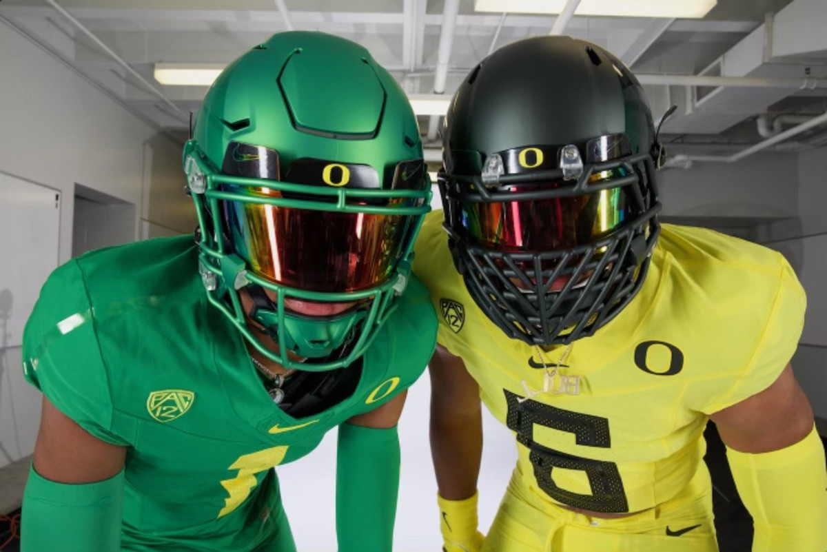 Dudley poses with Oregon WR commit Stephon Johnson Jr during a photoshoot on his official visit.