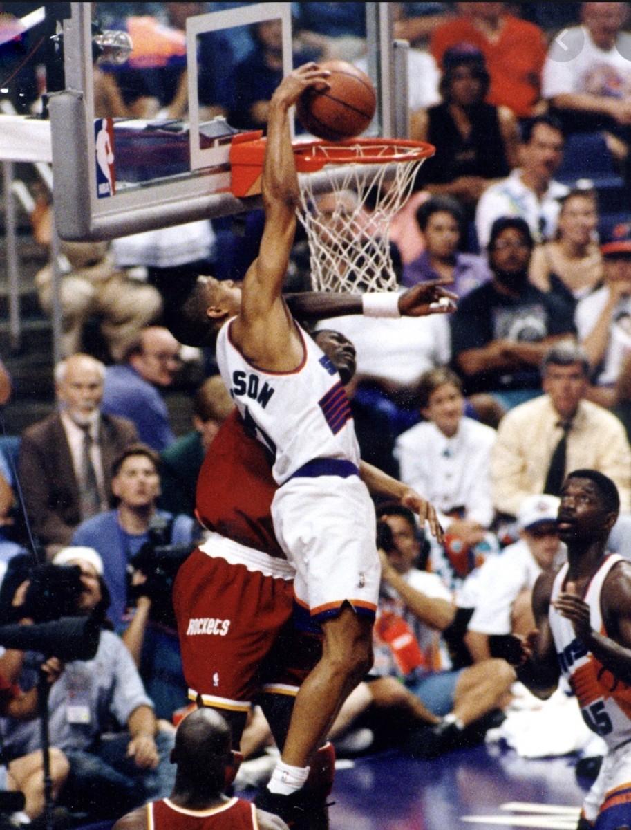 Kevin Johnson dunks o Hakeem Olajuwon