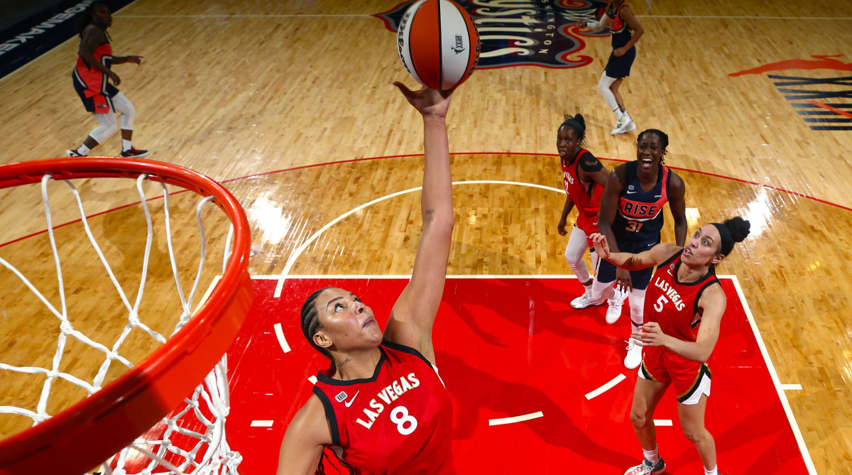 Liz Cambage driving the ball to the rim