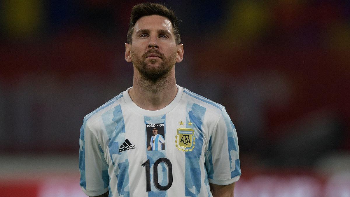 Lionel Messi wears a tribute kit to Diego Maradona