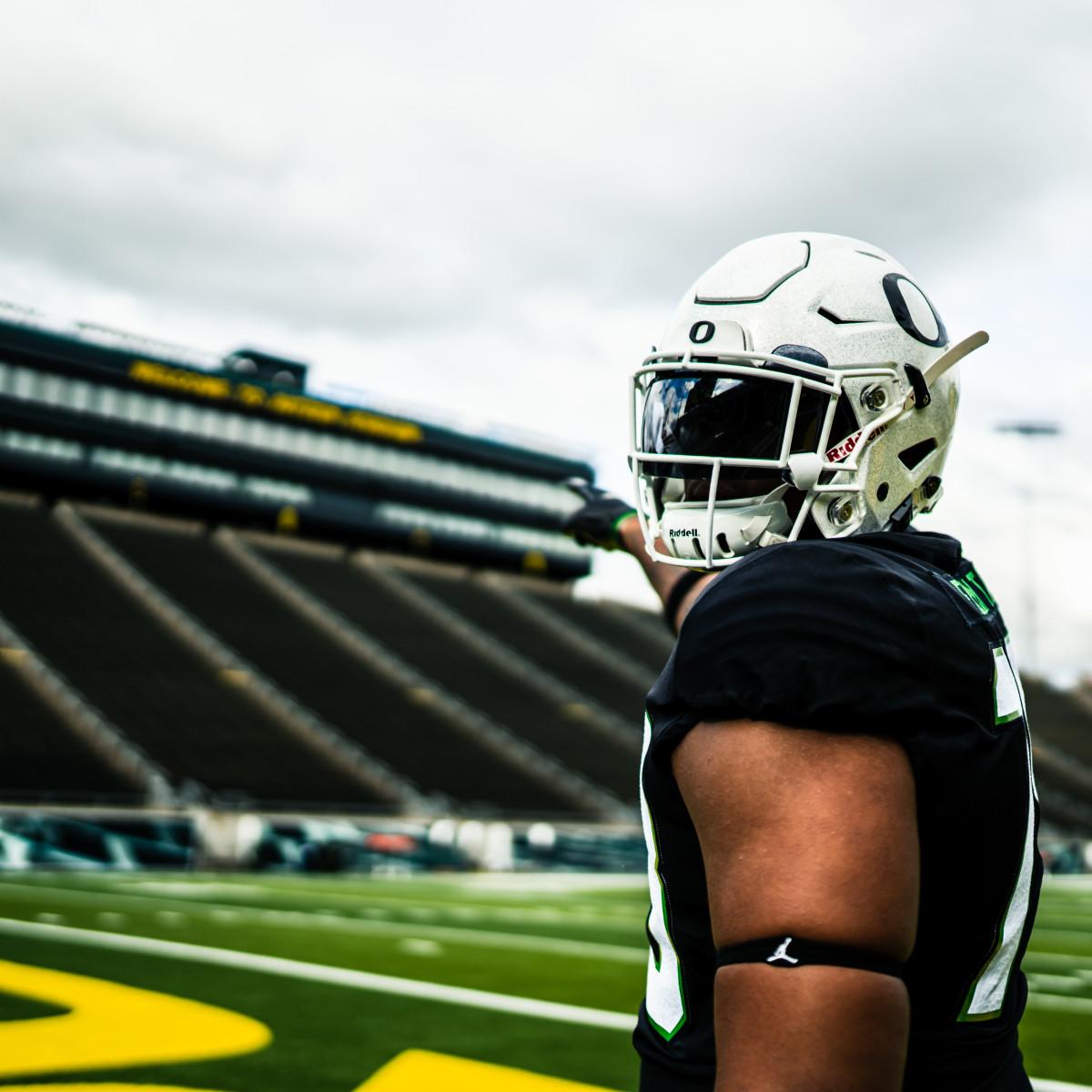 Kelvin Banks points at Autzen Stadium on his official visit to Oregon in June.