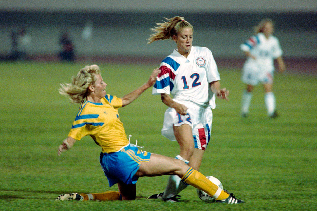 USWNT's Carin Jennings faces Sweden in the 1991 Women's World Cup