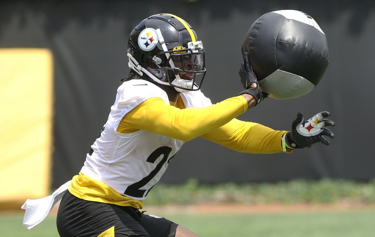 Pittsburgh Steelers running back Najee Harris wears a yellow wristband to indicate he has not received the COVID-19 vaccine.