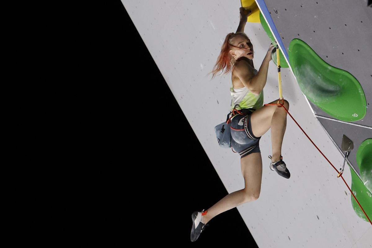 janja-garnbret-climbing-action