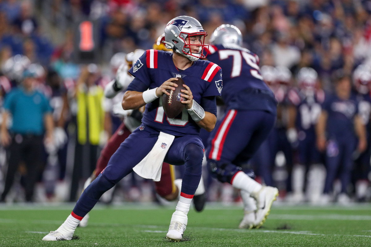 Aug 12, 2021; Foxborough, Massachusetts, USA; New England Patriots quarterback Mac Jones (10) looks to pass during the first half against Washington Football Team at Gillette Stadium. Mandatory Credit: Paul Rutherford-USA TODAY Sports