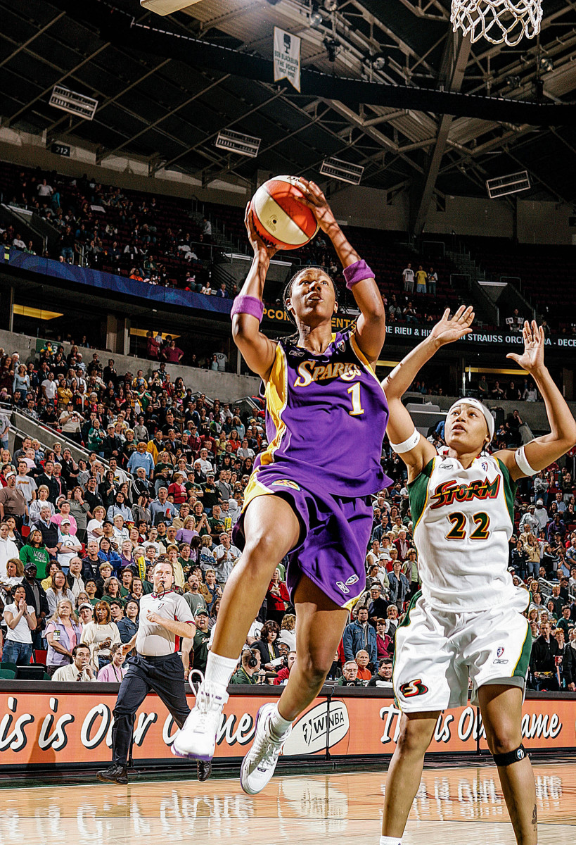 Chamique Holdsclaw drives to the basket in a Sparks uniform