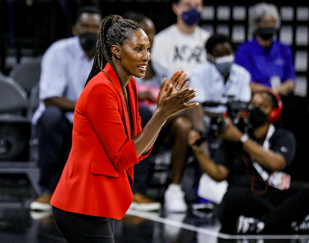 Lisa Leslie clapping on the sideline