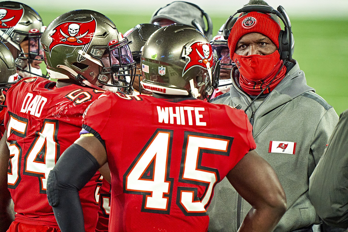 Todd Bowles talks to linebackers Devin White and Lavonte David on the sideline during a 2020 Bucs game