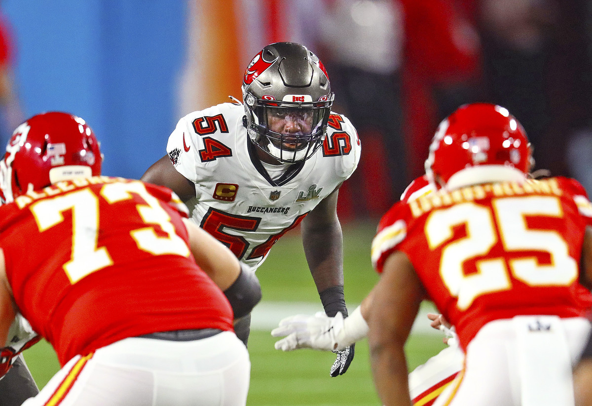 Bucs linebacker Lavonte David looks into the Chiefs backfield before the snap during Super Bowl LV