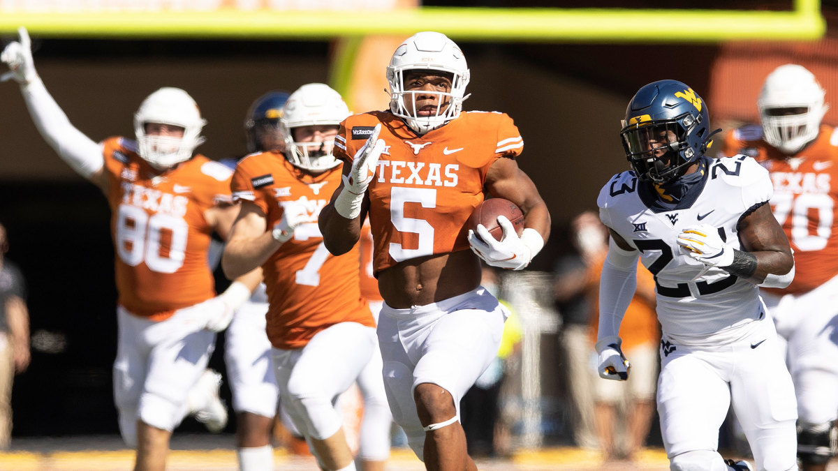 Texas's Bijan Robinson runs vs WVU