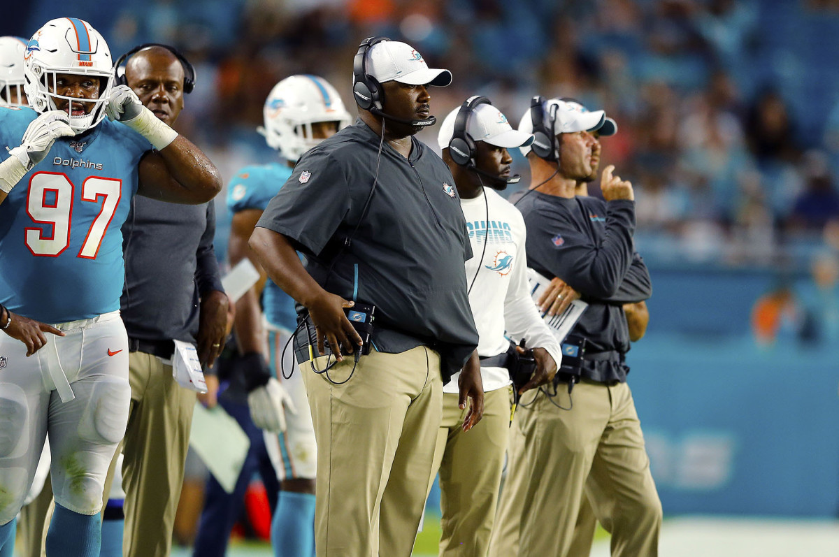 Patrick Graham and Brian Flores on the sideline during a Dolphins game in 2019