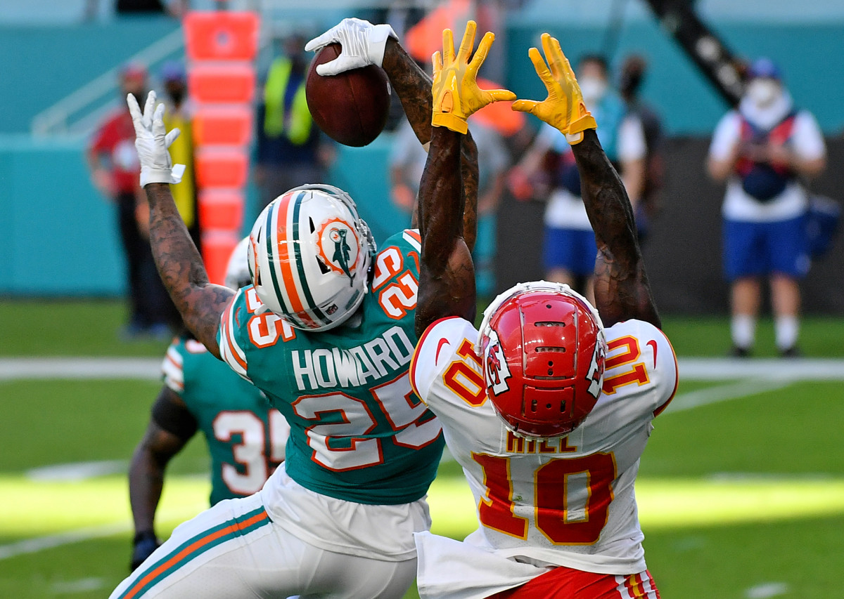 Xavien Howard reaches up for a one-handed interception over Chiefs receiver Tyreek Hill during a game in 2020