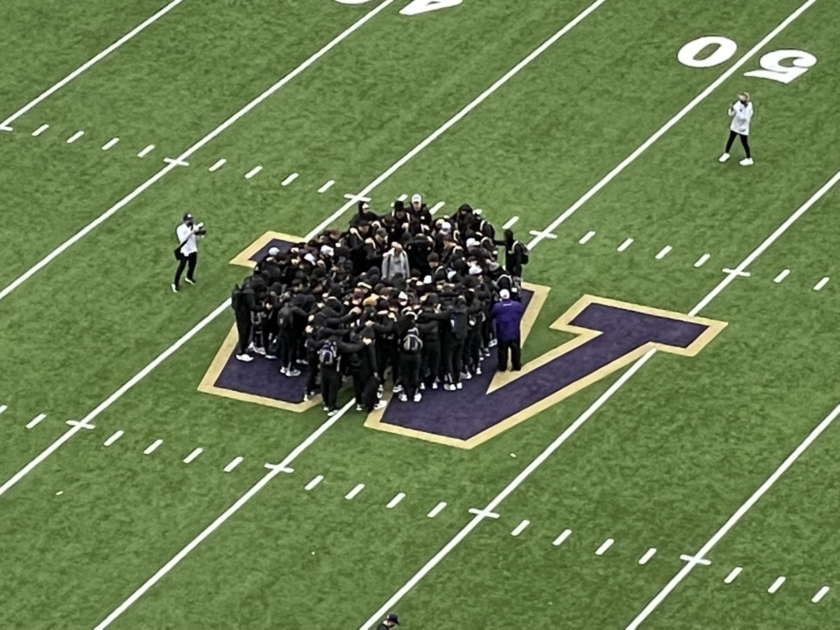 The Huskies gather before the game.