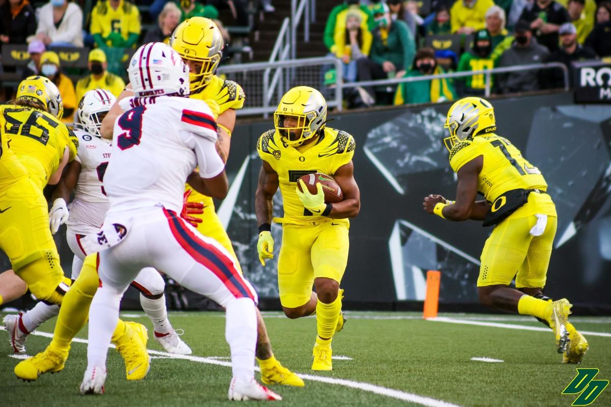 Oregon running back CJ Verdell (7) carries the ball against Stony Brook.