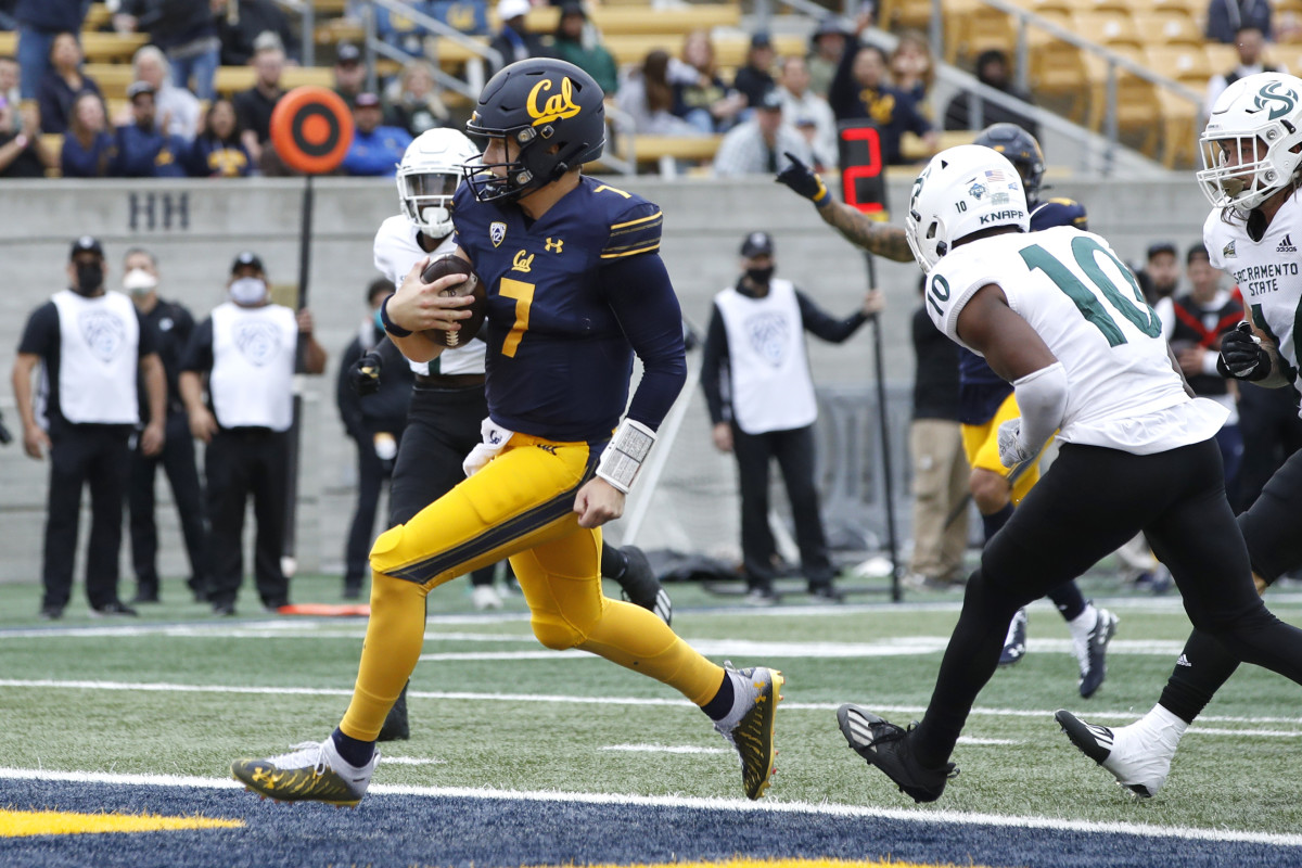 California Golden Bears quarterback Chase Garbers (7) carries the ball for a touchdown.